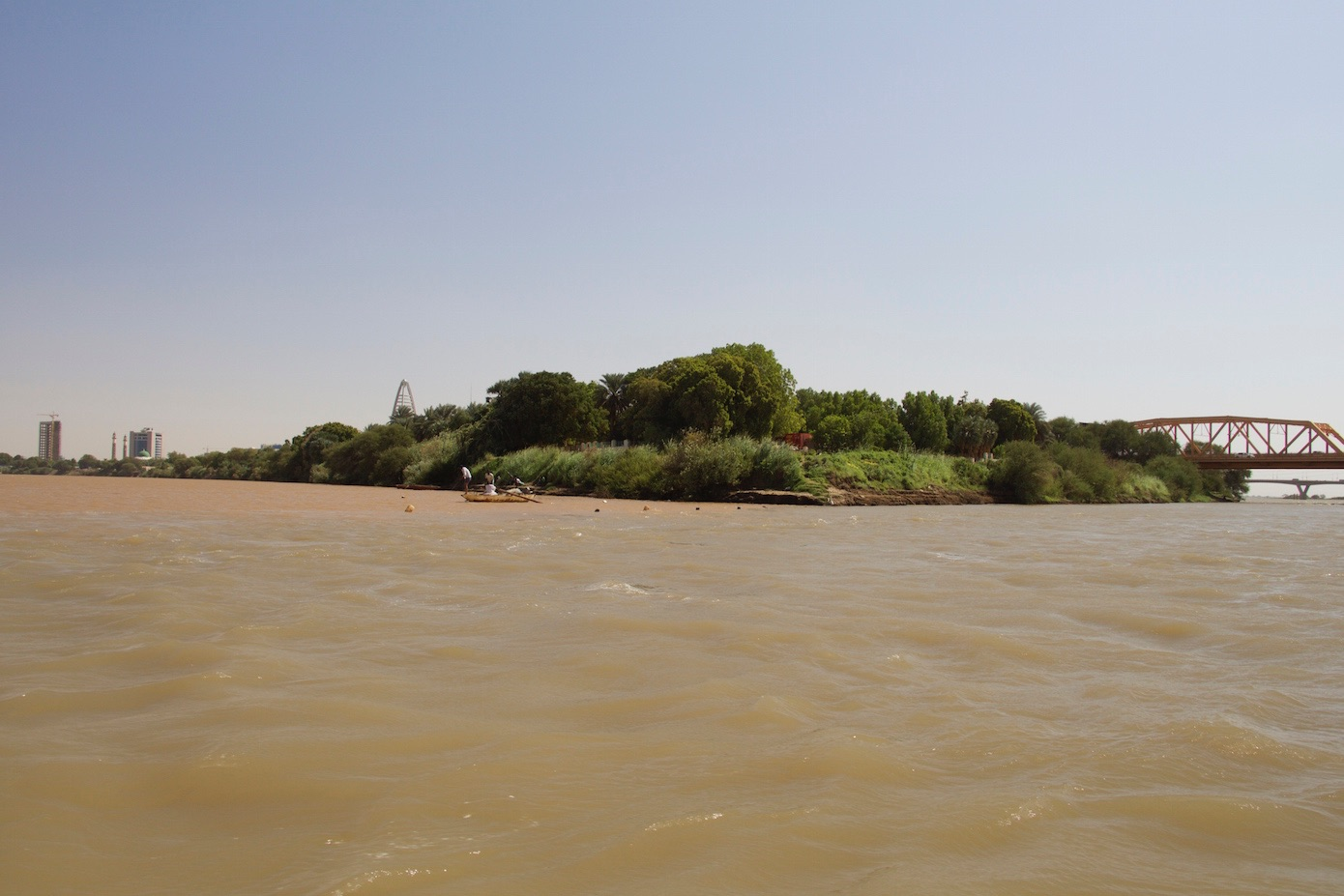 the blue and white nile rivers meet in between